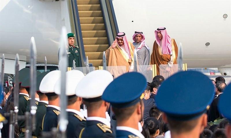 سعودی فرمانروا بیجنگ میں اترتے ہوئے — فوٹو بشکریہ Xinhua
