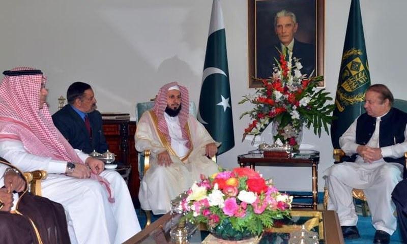 ملاقات میں امام کعبہ نے پاکستان میں پرجوش خیرمقدم پر وزیراعظم کا شکریہ ادا کیا۔ —فوٹو: ثناءاللہ خان