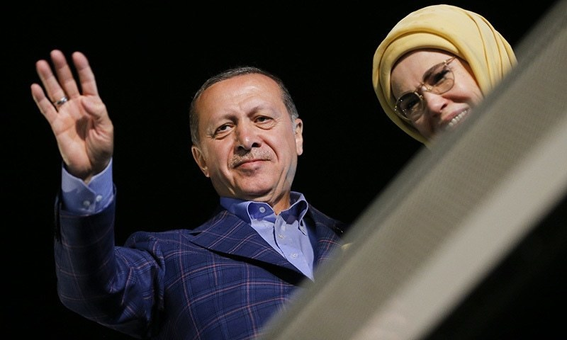 Erdogan wins turkey referendum as opposition cries foul world turkish president tayyip erdogan and his wife emine greet supporters near tarabya mansion in istanbul m4hsunfo