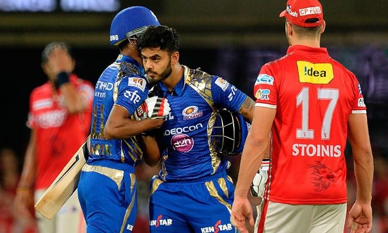 کنگز الیون پنجاب کے خلاف شاندار فتح پر ممبئی انڈینز کے کھلاڑی ایک دوسرے کو مبارکباد دیتے ہوئے— فوٹو: اے ایف پی