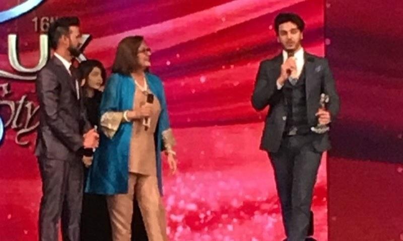 احسن خان کو بہترین ٹی وی اداکار کا ایوارڈ دیا گیا — فوٹو/ اسکرین شاٹ