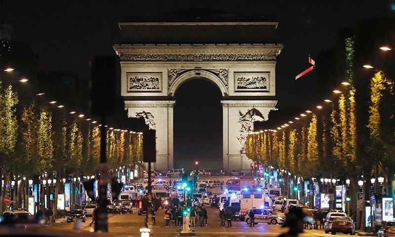Police officers block the access to the Champs Elysees in Paris after a shooting on April 20. ─ AFP