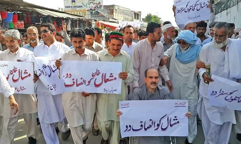 مقامی افراد مشعال خان کے حق میں ہونے والے مظاہرے میں شریک ہیں—۔فوٹو/ ڈان