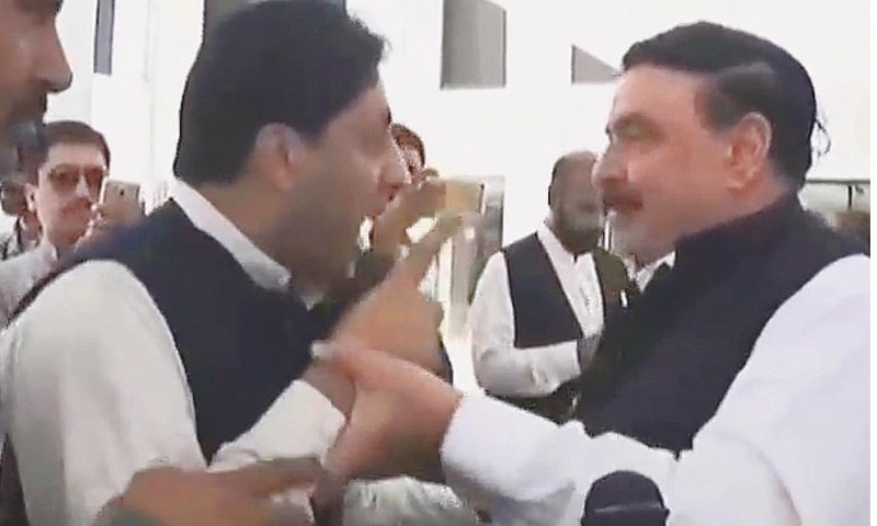 PAKISTAN Muslim League-Nawaz's Malik Noor Awan accosts Awami Muslim League leader Sheikh Rashid outside the National Assembly on Thursday morning, claiming the politician owed him money.—INP