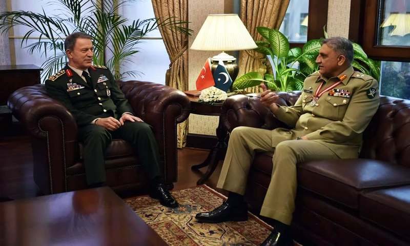 Chief of Army Staff (COAS) Gen Qamar Javed Bajwa (R) meeting with the Turkish Chief of General Staff Hulusi Akar. ─ Photo: ISPR