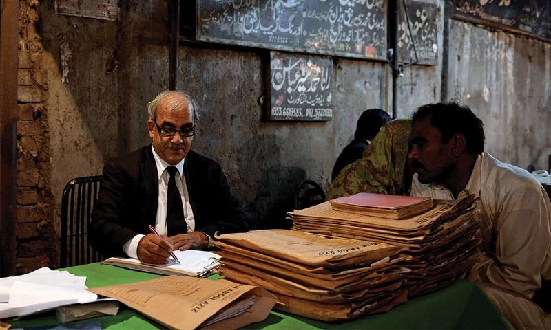 A day among lawyers and litigants at Karachi City Courts - Iris - Herald