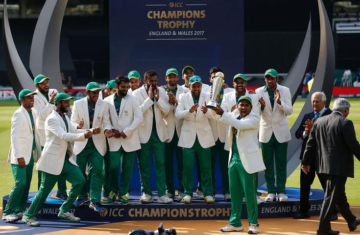 بھارت کو فائنل میں شکست دینے کے بعد قومی ٹیم کے کپتان سرفراز احمد چیمپیئنز ٹرافی کے ہمراہ— فائل فوٹو: اے ایف پی