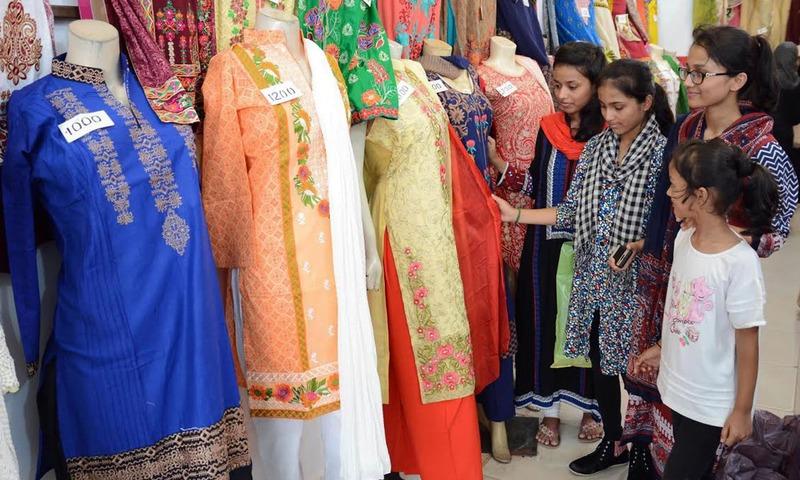 کراچی میں لڑکیاں عید کے لیے شاپنگ کرنے میں مصروف ہیں۔ — پی پی آئی/فائل