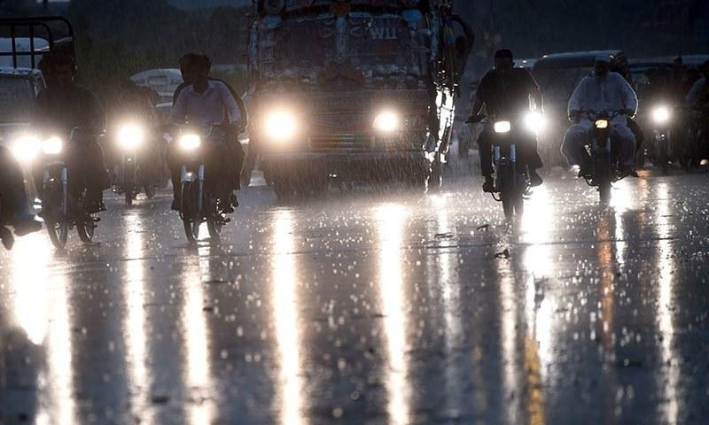 کراچی میں طویل گرمی کے بعد عیدکےتیسرے روز شہریوں نےبارش کا مزہ چھکا—فوٹو: اے ایف پی