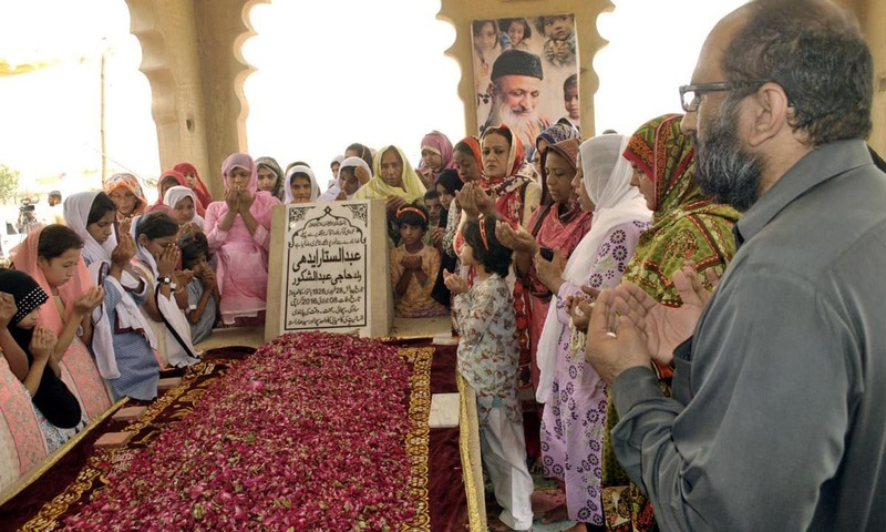 Faisal Edhi, his family, staff and children of Edhi Centre offer fateha on the grave of  Abdul Sattar Edhi in Karachi. —Online
