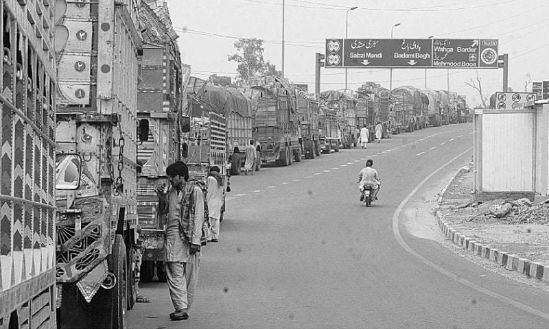 Lahore: Trucks on Ring Road wait for their turn to enter the Ravi Road Vegetable and Fruit Market. Analysts believe Pakistan should implement trucking reforms to reap benefits of cross-border trade under the China-Pakistan Economic Corridor.─White Star