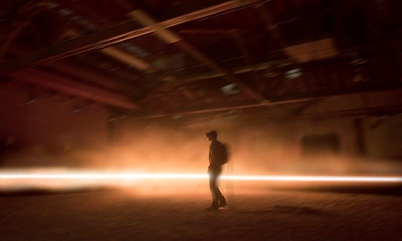 A user experiences Alejandro G. Iñárritu and Emmanuel Lubezki's virtual-reality installation Carne y Arena | Emmanuel Lubezki