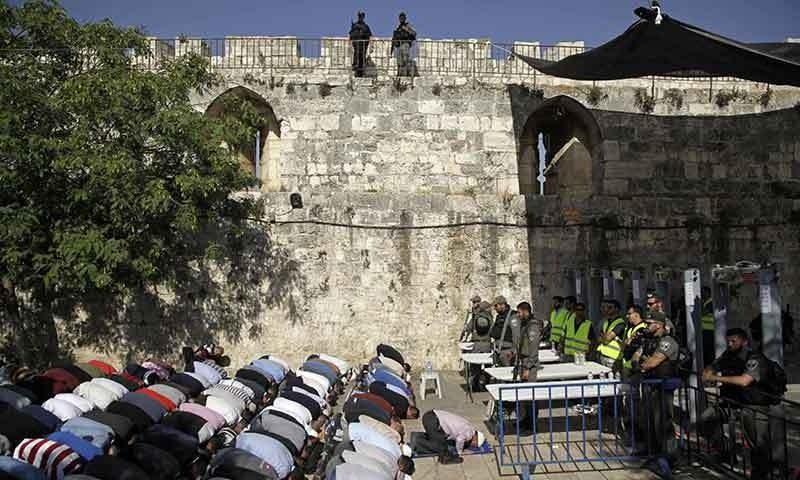 سیکیورٹی اقدامات کے خلاف احتجاج کرتے ہوئے نمازیوں نے مسجد سے باہر نماز ادا کی—فوٹو: اے پی