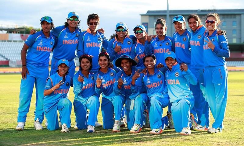 سیمی فائنل میں کامیابی کے بعد فاتح بھارتی ٹیم کا گروپ فوٹو— فوٹو: اے پی