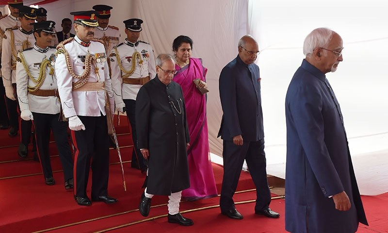 Incoming Indian president Ram Nath Kovind (2R) and outgoing President Pranab Mukherjee arrive ahead of the oath-taking ceremony at the Indian Parliament in New Delhi.─AFP