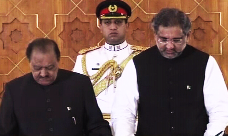 President Mamnoon Hussain administers oath to Shahid Khaqan Abbasi, who was elected as the successor to ousted prime minister Nawaz Sharif today. ─ DawnNews