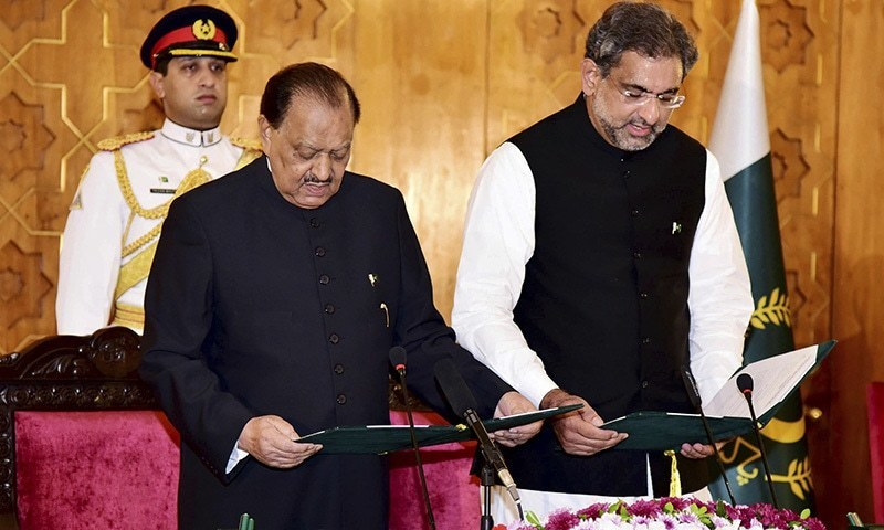 President Mamnoon Hussain administers oath to Shahid Khaqan Abbasi, who was elected as the successor to ousted prime minister Nawaz Sharif Tuesday.─ PID/AP