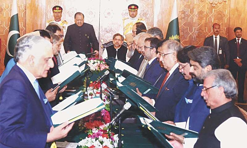 PRESIDENT Mamnoon Hussain administering the oath of office to federal ministers at Aiwan-i-Sadr on Friday. —Online