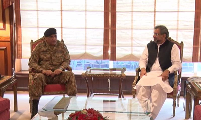 وزیراعظم شاہد خاقان عباسی اور آرمی چیف جنرل قمر جاوید باجوہ کی ملاقات کا ایک منظر — فوٹو: ڈان نیوز