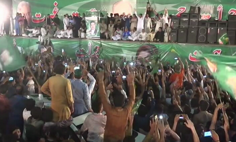 Nawaz Sharif was greeted by a large crowd of loyalists in Gujranwala. Photo:DawnNews.