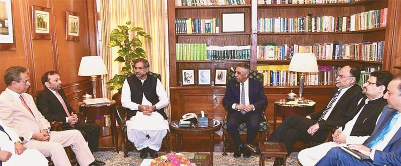 A DELEGATION of the Muttahida Qaumi Movement-Pakistan led by Dr Farooq Sattar meets Prime Minister Shahid Khaqan Abbasi at the Governor House on Saturday. The MQM-P team discussed the problems being faced by the party's elected representatives for municipal bodies.—APP