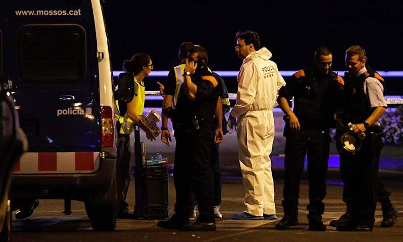 Policemen check the area after police killed five attackers in Cambrils.─AFP
