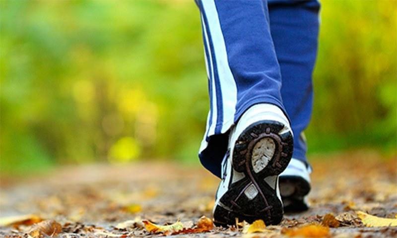 چہل قدمی سے متعلق یہ بات برطانیہ میں ہونے والی ایک طبی تحقیق میں سامنے آئی— فوٹو/ شٹر اسٹاک