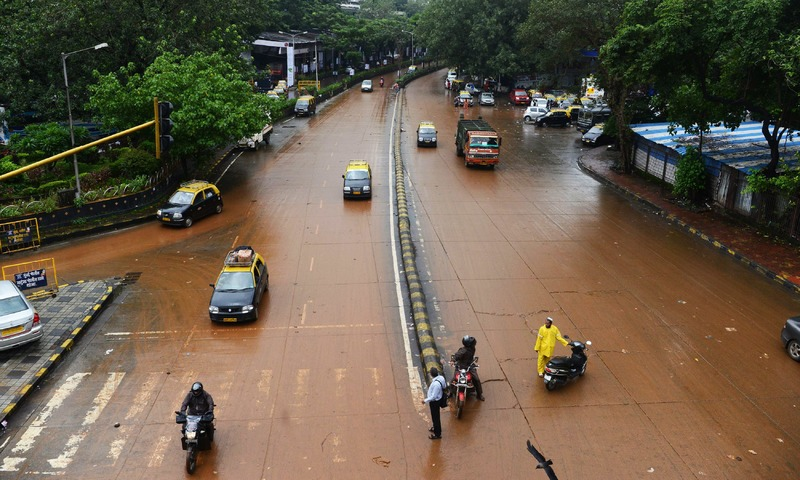 Heavy rain brings floods, traffic snarls to Mumbai