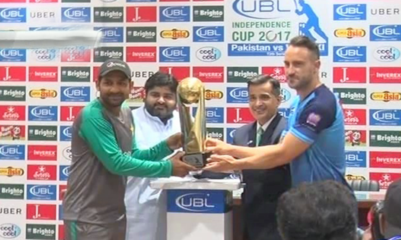 Captain Sarfraz Ahmed and World XI Captain Faf du Plessis unveil the trophy of the Independence Cup.─DawnNews