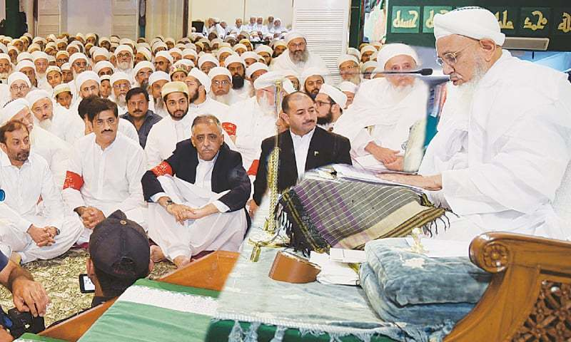 SINDH Governor Mohammad Zubair, Chief Minister Syed Murad Ali Shah and MQM-P leader Dr Farooq Sattar listen to Dr Mufaddal Saifuddin's sermon in Taheri Masjid on Sunday.—PPI