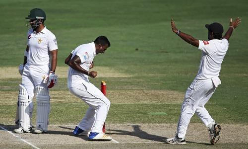 سری لنکن باؤلر لہیرو گماگے سمیع اسلم کو آؤٹ کر کے خوشی کا اظہار کر رہے ہیں— فوٹو: اے پی