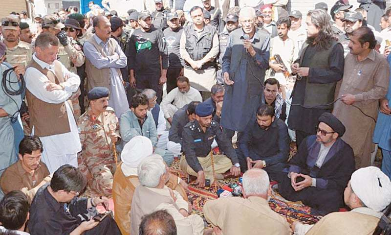 QUETTA: Balochistan Home Minister Mir Sarfaraz Bugti along with personnel of Frontier Corps negotiate with leaders of the Shia community to end their protest.—Online