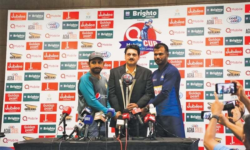 DUBAI: Pakistan captain Sarfraz Ahmed (L) and his Sri Lankan counterpart hold the ODI series trophy on Thursday.—Courtesy PCB