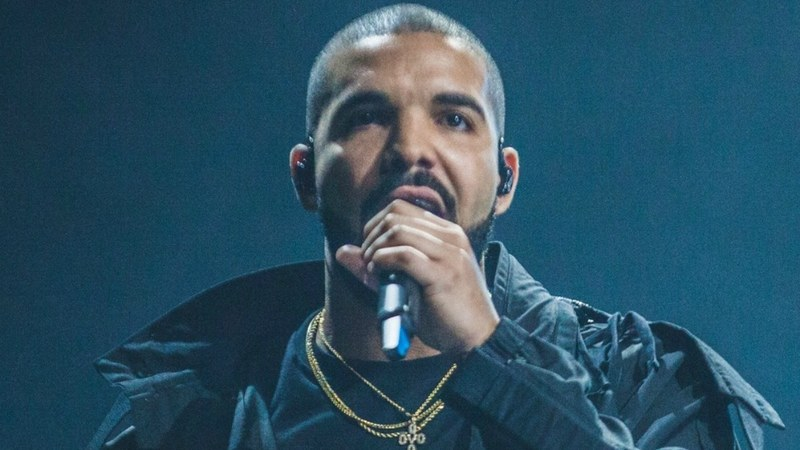 Drake stops his gig to threaten