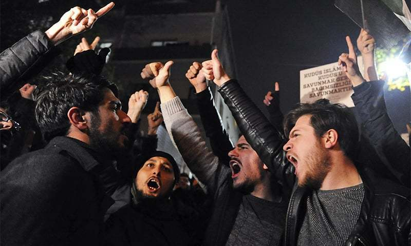 استنبول میں مظاہرین امریکی سفارتخانے کے باہر امریکا مخالف نعرے لگا رہے ہیں — فوٹو: اے پی