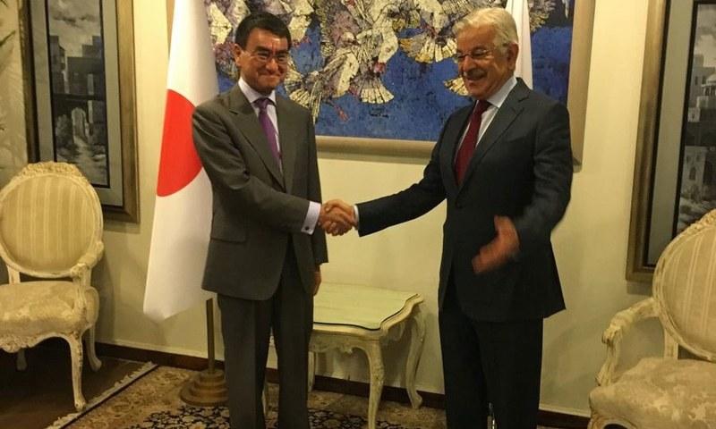 Japanese Foreign Minister Taro Kono meets  Khawaja Asif — Photo courtesy: FO spokesperson's twitter