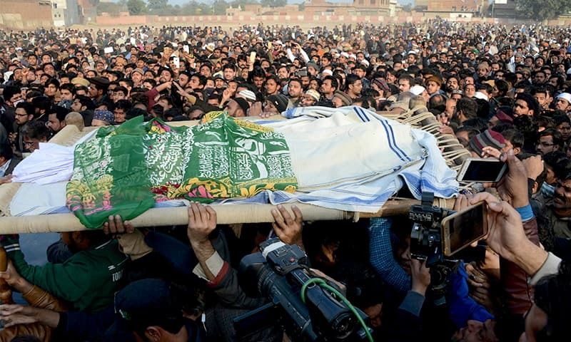 Residents of Kasur carry Zainab's body during her funeral. ─ AFP