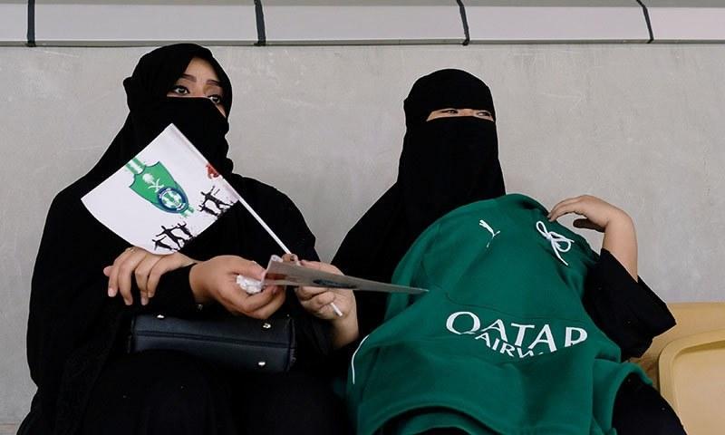اسٹیڈیم میں موجود خواتین سعودی پریمیئر لیگ کا میچ دیکھ رہی ہیں— فوٹو: اے ایف پی