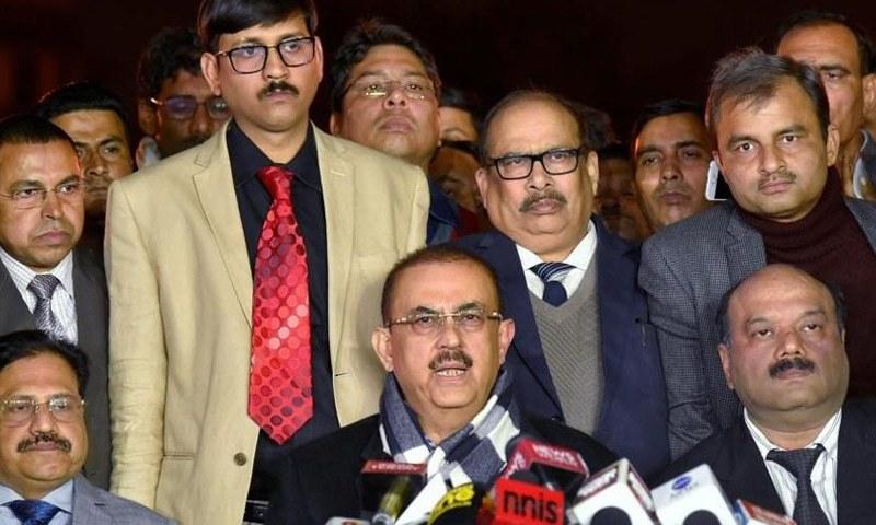 بھارتی سپریم کورٹ بار ایسوسی ایشن کے صدر پریس کانفرنس کرتے ہوئے — فوٹو: بشکریہ ہندوستان ٹائمز