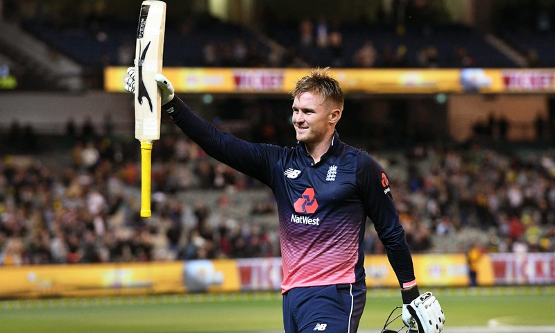 Jason Roy acknowledges the applause after being dismissed by Australia's for 180 during their one-day international cricket match played at the MCG in Melbourne on January 14, 2018. / AFP PHOTO / WILLIAM WEST / -- IMAGE RESTRICTED TO EDITORIAL USE - STRICTLY NO COMMERCIAL USE -- — AFP or licensors