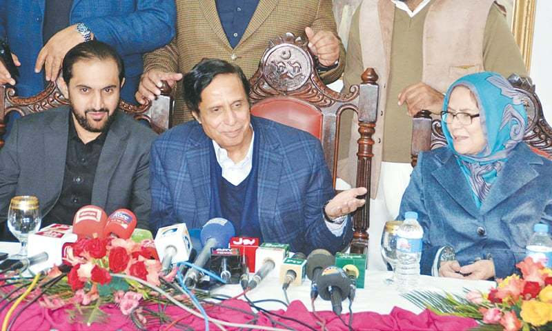 QUETTA: Pakistan Muslim League-Q leader Chaudhry Pervez Elahi, along with Balochistan Chief Minister Abdul Quddus Bizenjo, addresses a press conference at Chief Minister House on Monday.—PPI