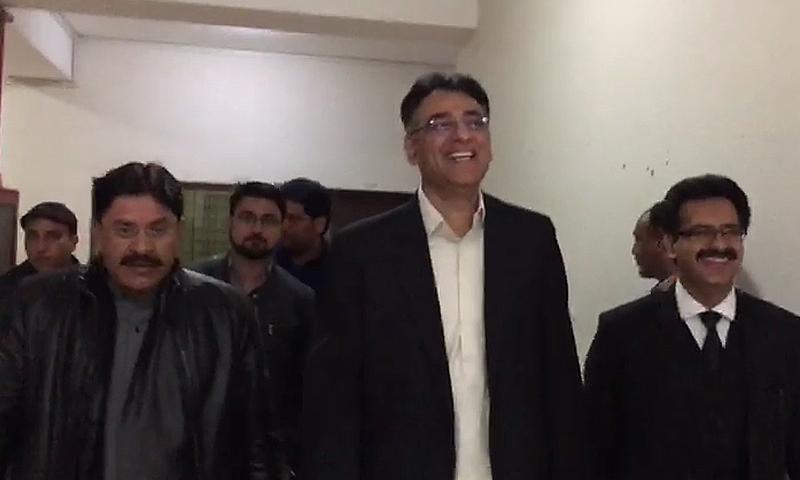 PTI leader Asad Umar (C) seen at the court premises.—DawnNews