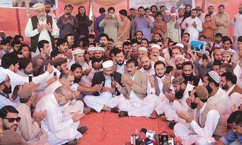 "Jamaat-i-Islami chief Senator Sirajul Haq offering fateha for Naqeeb Ullah Mehsud here on Sunday. He threatened the Sindh government that his party would hold a 'grand rally' on Jan 31, ""comprising all ethnicities in the city"", if concrete steps were not taken to ensure justice in the youth's killing case.—Online"