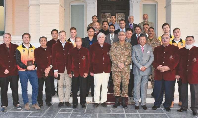 RAWALPINDI: Chief of Army Staff General Qamar Javed Bajwa poses with the World XI and Pakistan hockey legends on Tuesday.—INP