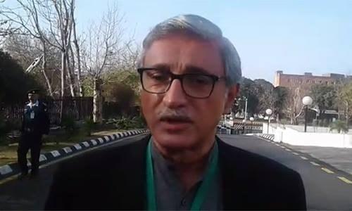 Jahangir Tareen talking to the media before SC hearing.—DawnNews