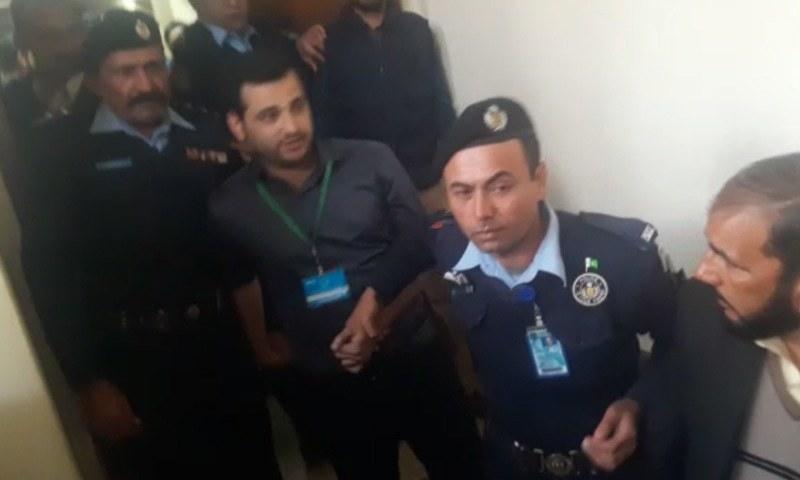 اسلام آباد پولیس شاہ رخ جتوئی کو کمرہ عدالت سے گرفتار کرکے لے جارہی ہے— فوٹو:ڈان نیوز