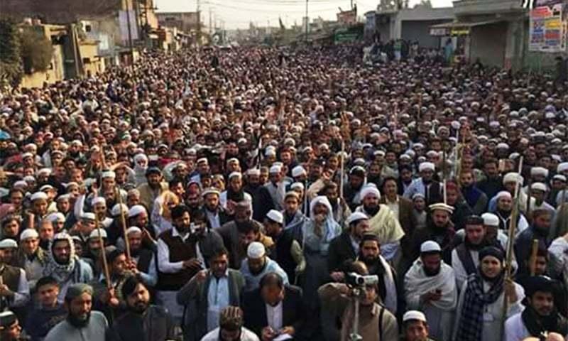 احتجاجی ریلی میں ہزاروں افراد نے شرکت کی — فوٹو: سراج الدین