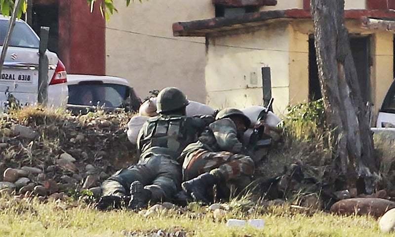 مقبوضہ کشمیر میں بھارتی فوج کے سنجوان بیس پر اہلکار دہشت گردوں سے مقابلہ کر رہے ہیں — فوٹو: اے پی