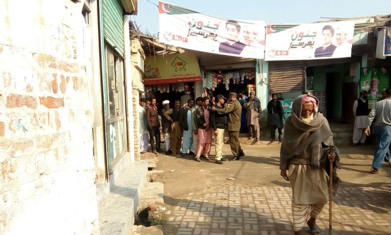 A policeman keeps voters in line. — <em>DawnNews</em>