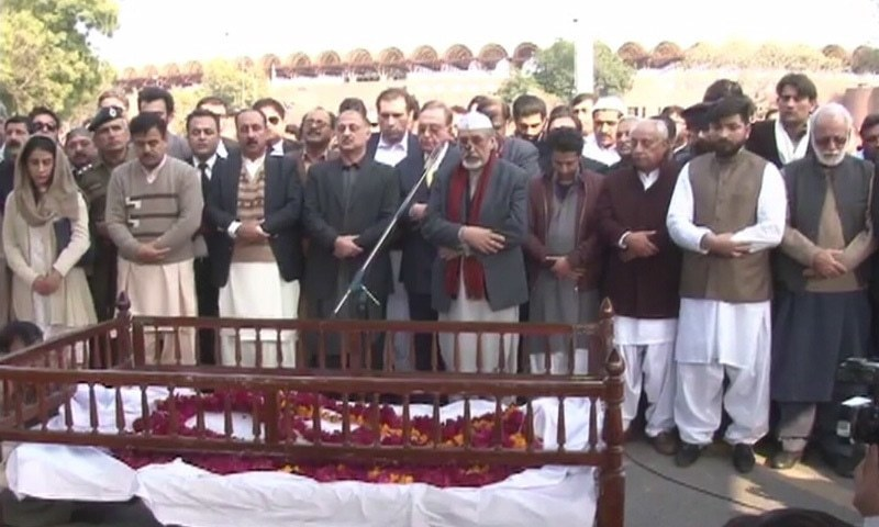 Farooq Maududi leads funeral prayers for Asma Jahangir at Lahore's Gaddafi Stadium. — DawnNews